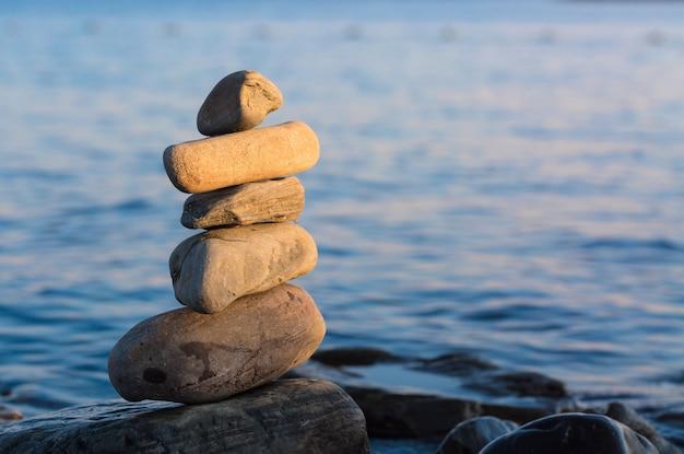Sommige stenen op elkaar met zee