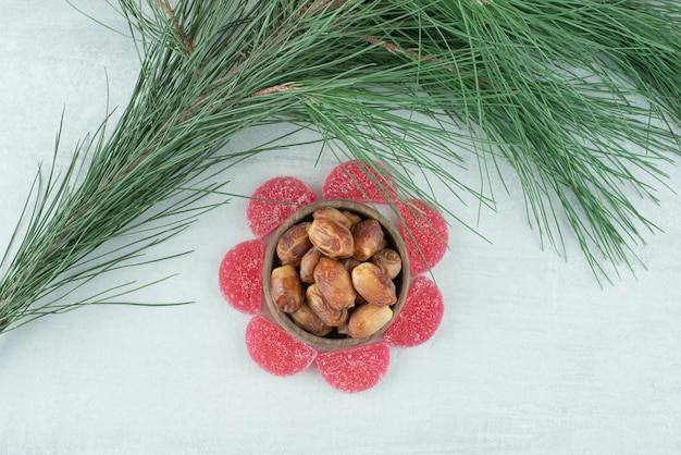 Sommige suiker rode marmelade met houten kom vol gedroogde vruchten op witte achtergrond. hoge kwaliteit foto