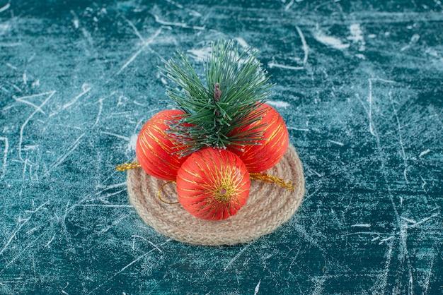 Sommige van rood feestelijk kerstmisspeelgoed op marmer.