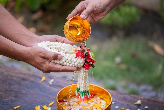 Songkran-festival en thaise nieuwjaarserie geven thaise oudere jasmijnslingers en zegeningen van oudere familieleden