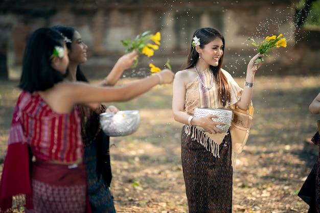 Songkran festival het meisje spettert water en sluit zich aan bij de thaise nieuwjaarstraditie genaamd songkran day.