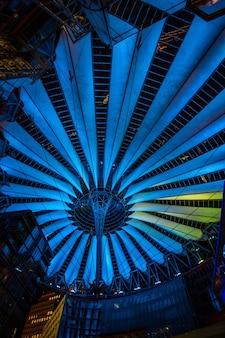 Sony center op de potsdamer platz 's avonds verlicht in berlijn, duitsland.