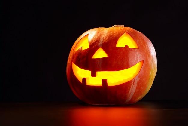 Soort halloween pompoen op een zwarte achtergrond