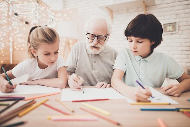 Soort senior grootvader besteedt vakantie met kinderen