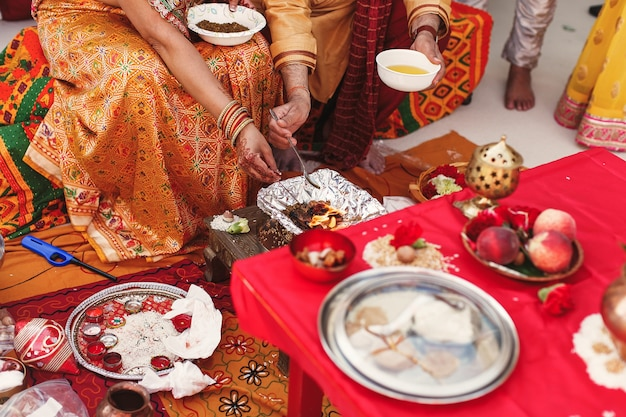 Soorten en vruchten omringen indiase ouders met het bereiden van pasta