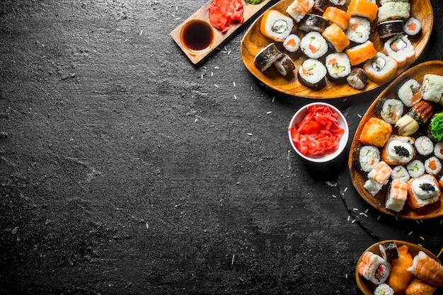 Soorten sushi, maki en broodjes geserveerd op borden.