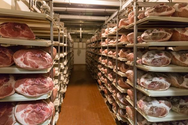 Sorage van prosciutto in hamfabriek in bologna, italië