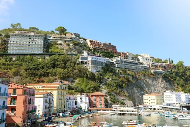 Sorrento kust met de haven en het dorp