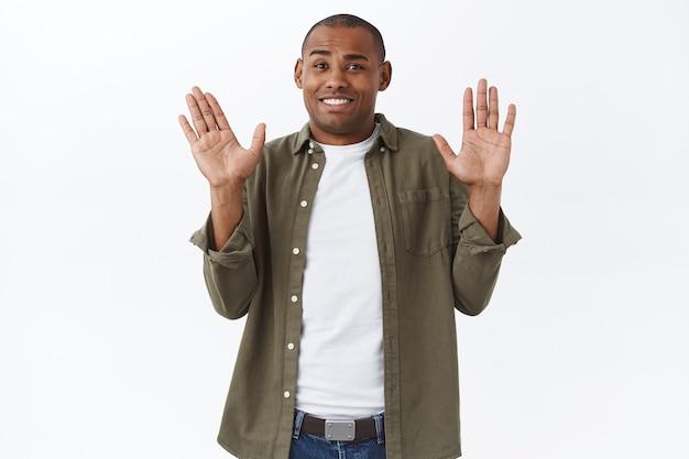 Sorry, let niet op mij. portret van ongemakkelijke en beschaamde afro-amerikaanse man, verontschuldigend
