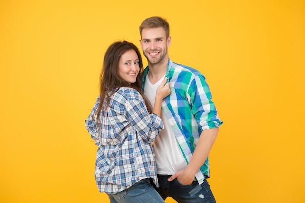 Sorry meiden, deze man is bezet. gelukkige paar gele achtergrond. verliefd stel. sensuele paar knuffel in vrijetijdskleding. paar sexy vrouw en knappe man. valentijnsdag. romantiek. dol zijn op. relatie.