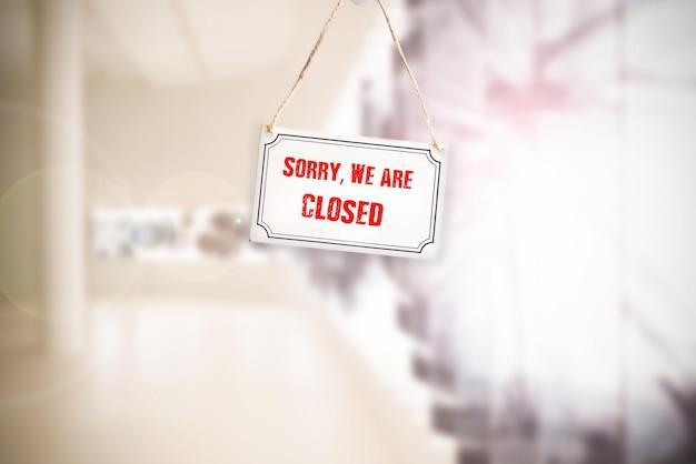 Sorry we zijn gesloten teken hangen aan de deur van de zakelijke winkel close-up.