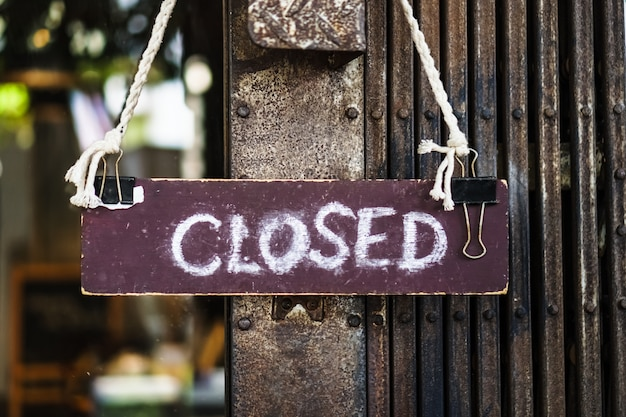 Sorry we zijn gesloten teken hangen op de deur van de winkel.