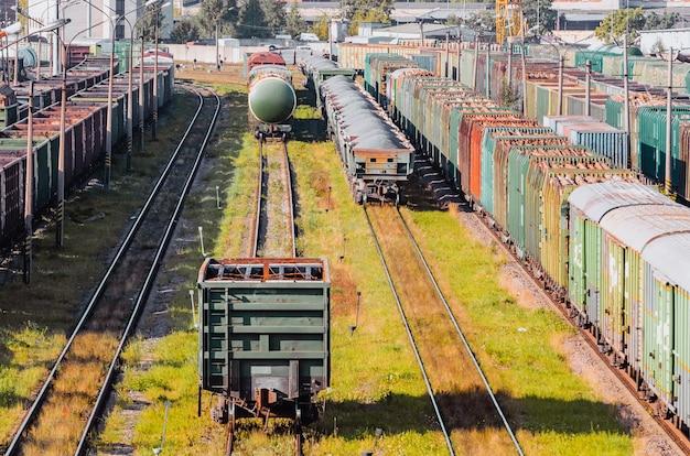 Sorteren van goederenwagons op de spoorlijn tijdens het samenstellen van de trein.
