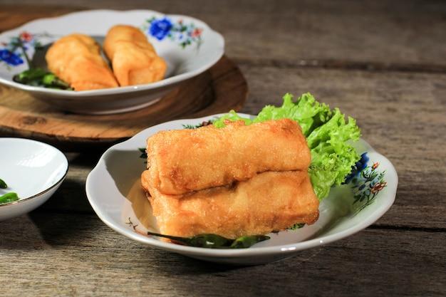 Sosis solo of gebakken ei crêpe met rundergehakt of kip vulling. populaire snack van solo indonesia voor snack box