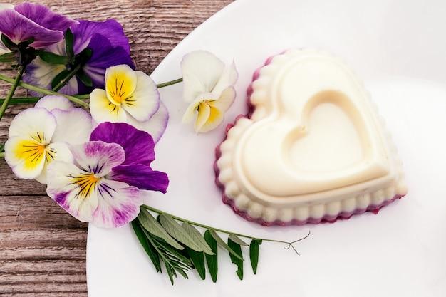 Soufflé in de vorm van een hart met kwark, agar-agar en room.