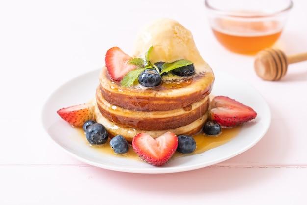 Soufflé pannenkoek met bosbessen, aardbeien, honing en vanille-ijs