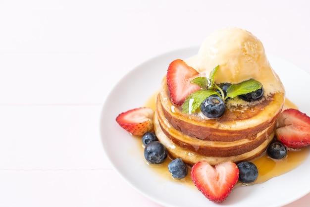 Soufflépannenkoek met bosbessen, aardbeien, honing en vanille-ijs