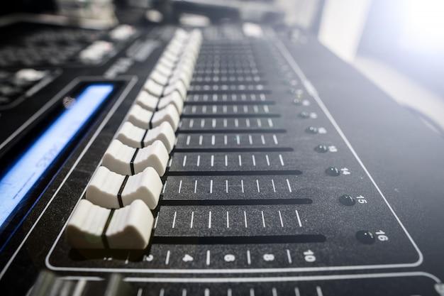 Sound mixer board met knop om details aan te passen