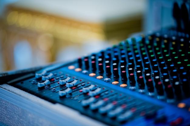 Soundcheck voor concert, mixerbediening, muziekingenieur, backstage