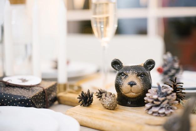 Souvenir beer en kegels op een houten bord