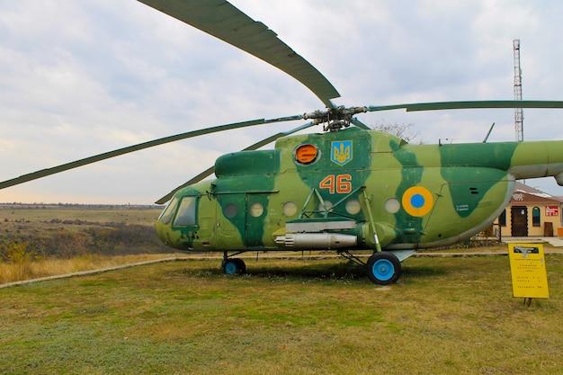 Sovjet militaire helikopter in het park yuzhnoukrainsk oekraïne