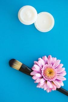 Spa-accessoires. badzout schoonheidsbehandeling op blauwe achtergrond
