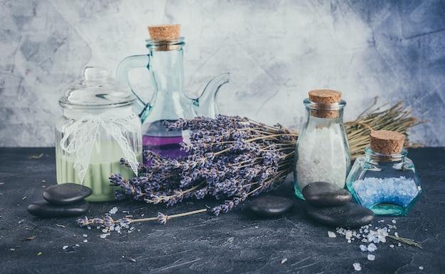 Spa-accessoires, stenen, bloemen, etherische oliën en mineraal zout. gezond en schoonheidsconcept