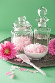 Spa aromatherapie met roze zout gerbera's