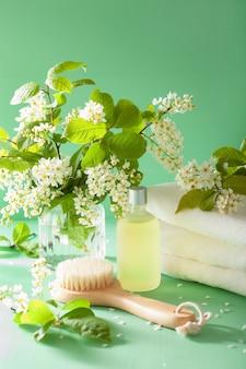 Spa aromatherapie met vogelkers bloesem etherische olie penseel handdoek