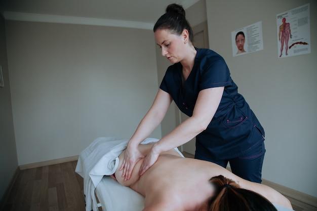 Spa behandeling. gezondheidszorgconcept massagetherapeut die massage doet