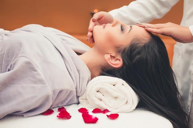 Spa-behandeling huidverzorging gezicht. gezicht professionele massage. gezondheid gezichtsmasseur.