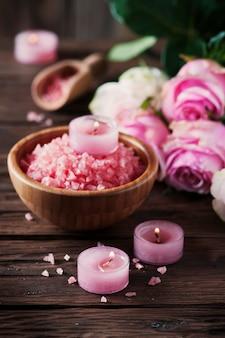 Spa-behandeling met roze zout en kaarsen