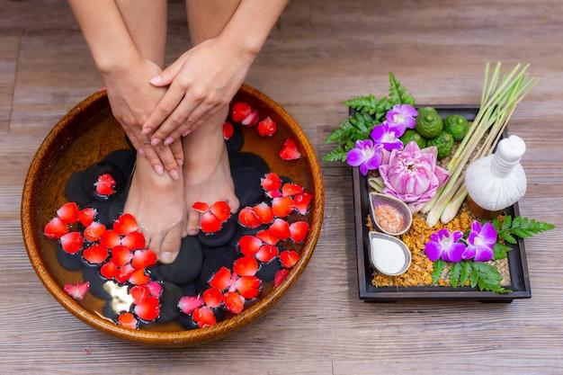 Spa-behandeling vrouwelijke voeten is een genezing voor ontspanning