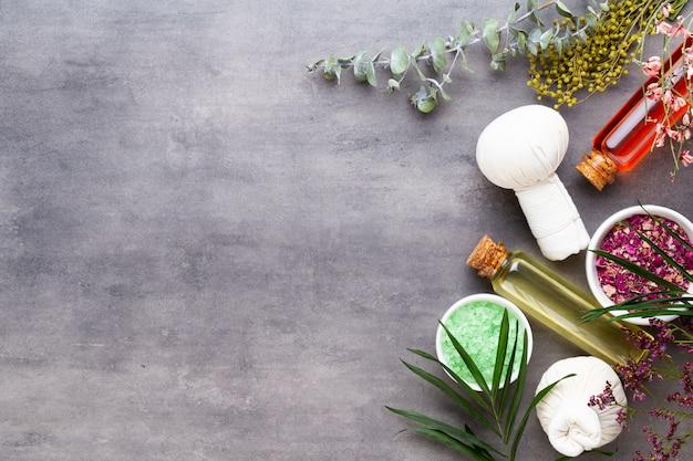 Spa-behandelingsconcept, platliggende compositie met natuurlijke cosmetische producten en massageborstel, bovenaanzicht