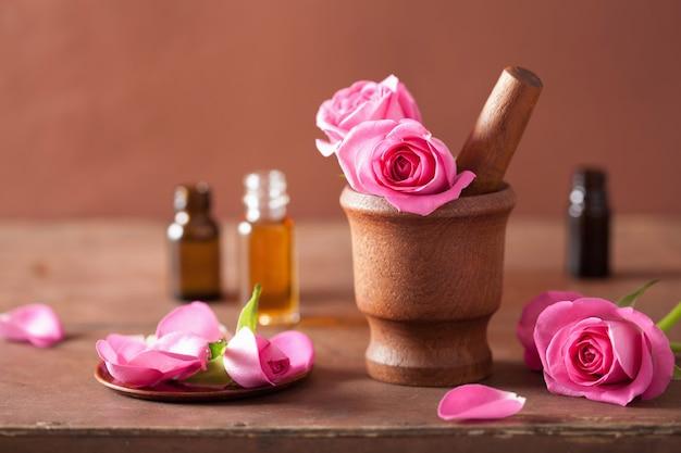 Spa bezet met roze bloemen vijzel en etherische olie