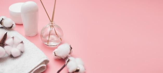 Spa concept, katoenen witte potten op een roze achtergrond, kopie ruimte, bovenaanzicht. hoge kwaliteit foto