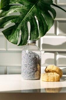 Spa-concept met cosmetische producten op tafel in de badkamer