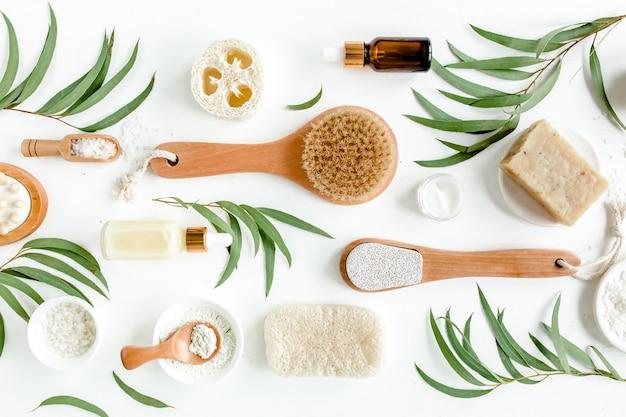Spa concept met eucalyptusolie en eucalyptusbladextract natuurlijke spa-cosmeticaproducten. plat leggen