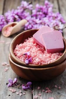 Spa concept met roze zout, zeep en bloemen
