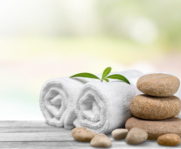Spa-concept met zen basaltstenen en handdoeken