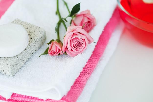 Spa. cosmaetic room met rozenblaadjes en roze bloem op witte tafel