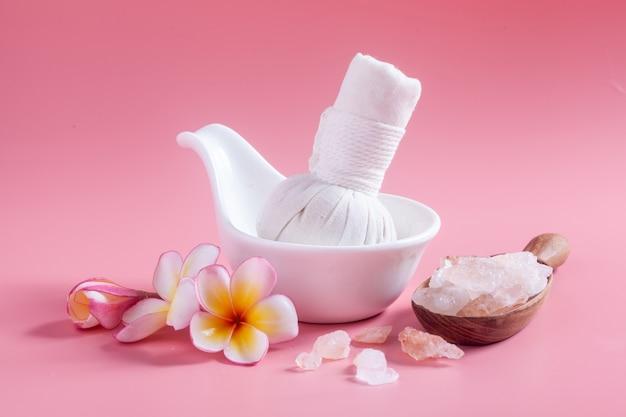 Spa cosmetica. plumeriabloemen op een roze.
