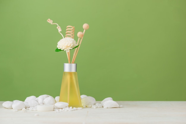 Spa-decoratie. spa samenstelling met aromatherapie over groen.