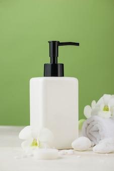 Spa-decoratie. spa samenstelling met cosmetische fles over groen.