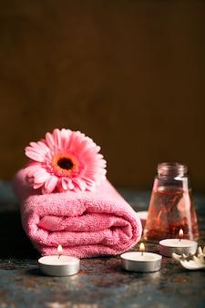 Spa-elementen met handdoek en kaarsen