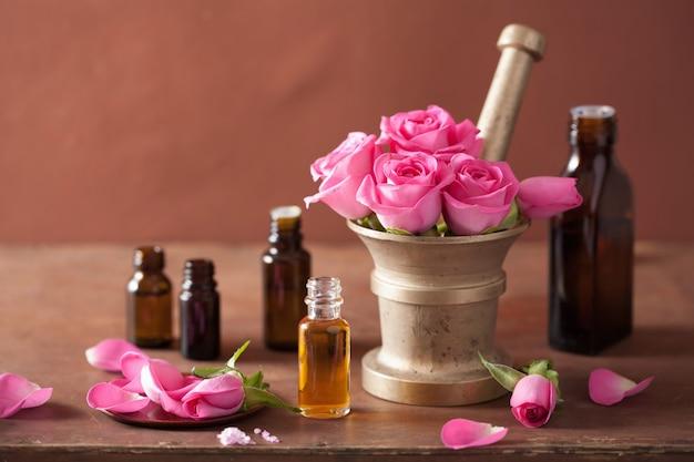 Spa- en aromatherapie set met essentiële oliën van rozenbloemenmortel
