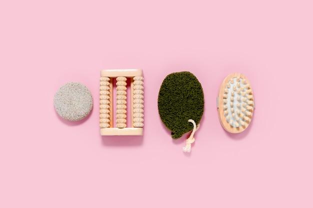 Spa en bad ingesteld op abstracte roze achtergrond. huid- en lichaamsverzorging concept. bovenste horizontale weergave copyspace