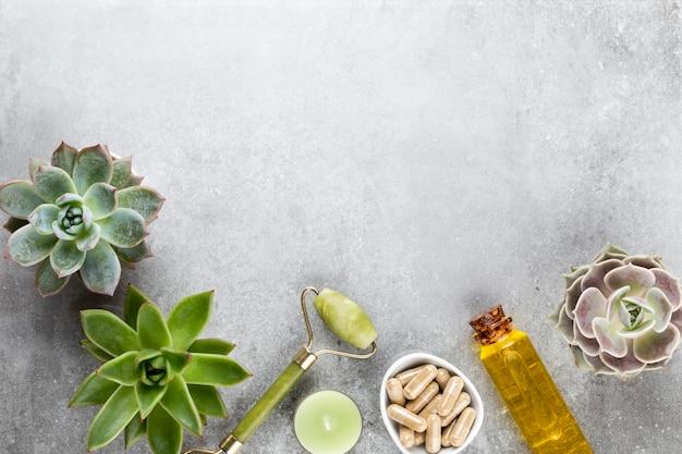 Spa en huidverzorging zelfgemaakte cosmetica. flessen met spa cosmetische producten op pastel achtergrond.