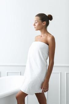 Spa en schoonheid. mooie vrouw in een badkamer