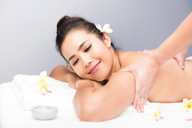 Spa en thaise massage, mooie vrouwen die ontspannen en gezond zijn van aromatherapie